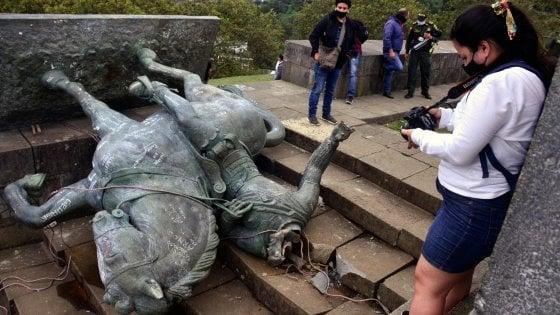 """Colombia, gli indigeni abbattono la statua del conquistador. """"Rappresenta cinque secoli di genocidio e schiavitù"""""""
