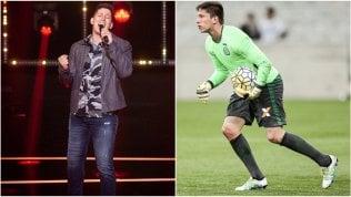 """""""Nel 2021 il mio primo tour musicale"""": ex calciatore sopravvissuto alla tragedia della Chapecoense è ora una popstar in Brasile"""