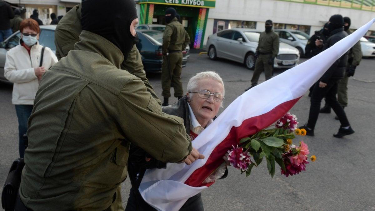 Proteste in Bielorussia, centinaia di donne arrestate. Anche l'icona 73enne dell'opposizione Nina Bahinskaja - la Repubblica
