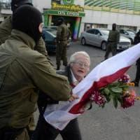Proteste in Bielorussia, centinaia di donne arrestate. Anche l'icona 73enne dell...