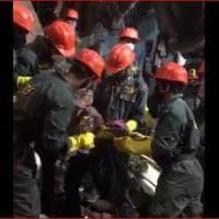 India, crolla palazzo in Maharashtra: 10 morti. Tra gli 11 estratti vivi dalle macerie...