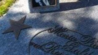 """Rubata stella in bronzo da tomba di coppia partigiana. La figlia al ladro: """"Hai scelto bene. Conservala con cura"""""""
