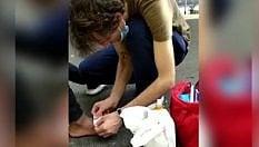 Don Roberto cura i piedi feriti di un migrante: il video-ricordo