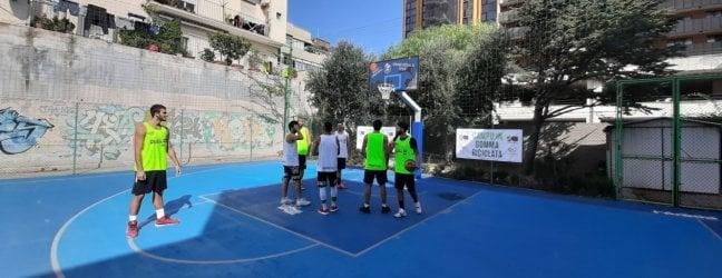 Un campo da basket dalle gomme riciclate