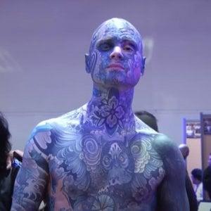"""Genitori contro il maestro, l'uomo più tatuato di Francia: """"Fa paura ai bambini"""""""