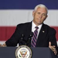 Usa, l'aereo di Pence costretto ad un atterraggio di emergenza. Impatto con alcuni...