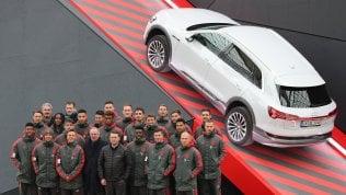 I giocatori del Bayern guidano auto elettriche