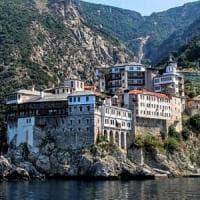 Il Covid sbarca tra i monaci di Monte Athos. Dieci casi, due monasteri in lockdown