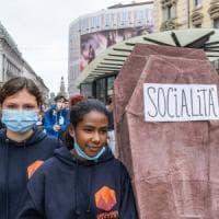"""Scuola, la protesta in piazza degli studenti: """"Istituti in ginocchio, il governo ora ci..."""