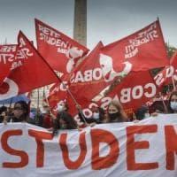"""""""Scuola, falsa partenza"""". Genitori e prof uniti protestano in piazza"""
