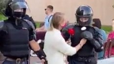 Arrestata, una ragazza regala fiori ai poliziotti che la portano via