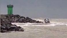 Barca a vela si schianta sugli scogli: il momento del naufragio