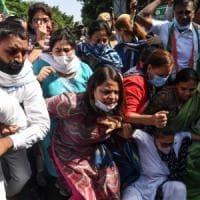 """India, ragazza """"fuori casta"""" stuprata e uccisa da 4 uomini. La folla inferocita chiede la..."""