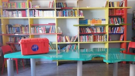 """Una valigia di libri sulle navi che salvano i migranti: """"Kit d'emergenza per un'accoglienza dignitosa"""""""
