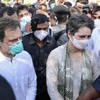 India, fermati i fratelli Gandhi per assembramento: andavano a casa dell'ultima ragazza...