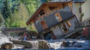 """Alluvione, Limone tra macerie e voragini conta i danni: """"Acqua alta tre metri, mai visto nulla di simile"""" Video"""