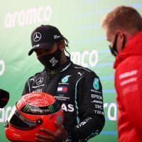 Hamilton eguaglia il record di Schumacher, Mick gli consegna un casco del padre