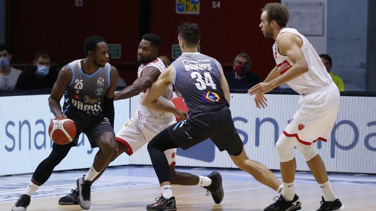Basket, Serie A: Cremona vince il derby con Varese, Trento passa a Pesaro