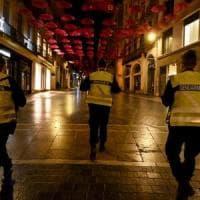 Francia, prima notte di coprifuoco. La polizia interviene per disperdere due man...