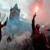 Praga, scontri tra polizia e negazionisti del Covid: la piazza della Città Vecchia...