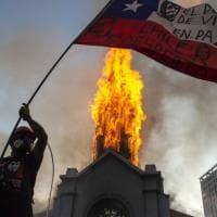 Cile, anniversario di proteste: scontri a un anno dalla rivolta anti-governativa