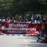 Nigeria, rivolta contro la polizia corrotta e violenta. Assediato l'aeroporto di Lagos