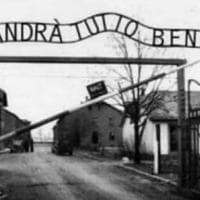 """""""Andrà tutto bene"""" nella foto di Auschwitz. Meluzzi usa il Covid e riscrive la Shoah. Dal..."""