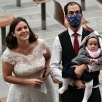 """Vaticano, il Papa alla mamma che allatta all'udienza: """"Esempio di tenerezza e bellezza"""""""