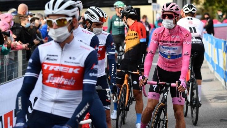 Giro La tappa è troppo lunga La protesta dei ciclisti