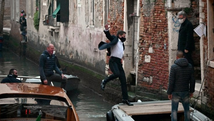 Mission Impossible 7   Tom Cruise a Roma con una Fiat 500 gialla   VIDEO