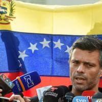 Venezuela, l'oppositore Leopoldo López lascia il Paese dopo un anno e mezzo nell...