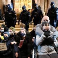 Polonia, le donne fanno irruzione nelle chiese per protestare contro le restrizioni...