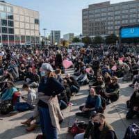 Germania, cresce la rabbia contro le restrizioni anti-Covid: scontri e arresti nel centro...