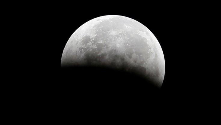 """Sulla Luna c'è acqua: lo annuncia la Nasa: """"Svolta per future missioni"""""""