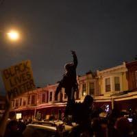 Giovane ucciso dalla polizia, seconda notte di disordini a Philadelphia