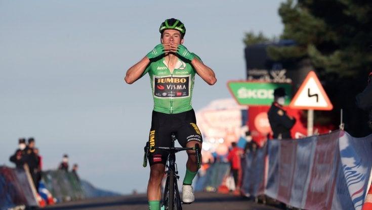 Ciclismo, Vuelta: Roglic vince e accorcia su Carapaz. Dumoulin si ritira