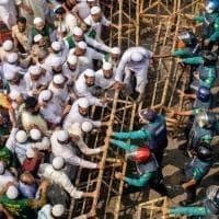 """Bangladesh: """"Ha profanato il Corano"""", uomo linciato dalla folla e dato alle fiamme"""