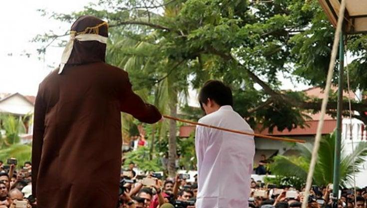 Indonesia, a Banda Aceh, una coppia gay rischia 100 frustate per sodomia