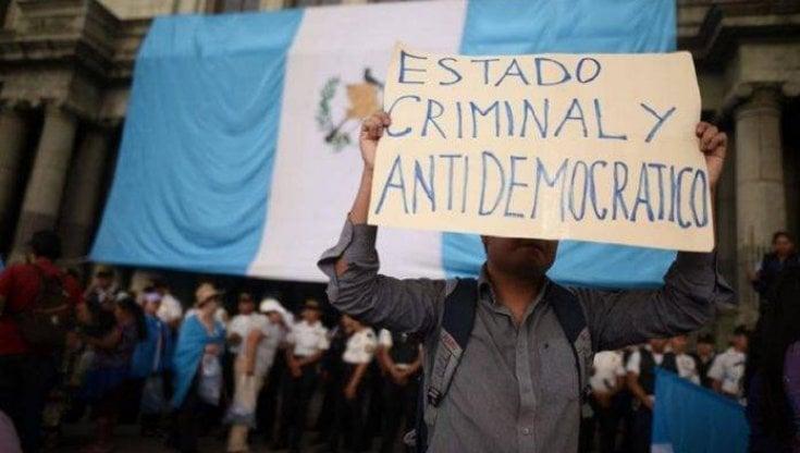 Guatemala, si è arrivati a incendiare il Parlamento: tagli alla sanità, diritti umani e civili ignorati e risposte repressive