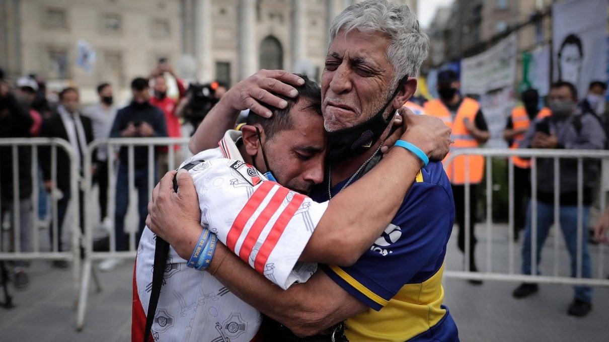 Argentina, alla Casa Rosada lultimo saluto a Maradona. Dal Papa un rosario e una lettera