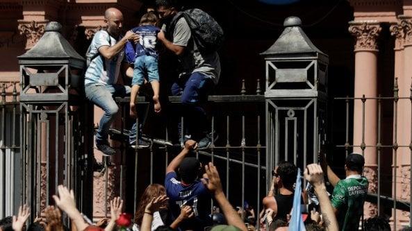 Argentina, alla Casa Rosada lultimo saluto a Maradona. Ma si scatenano gravi disordini. Dal Papa un rosario e una lettera