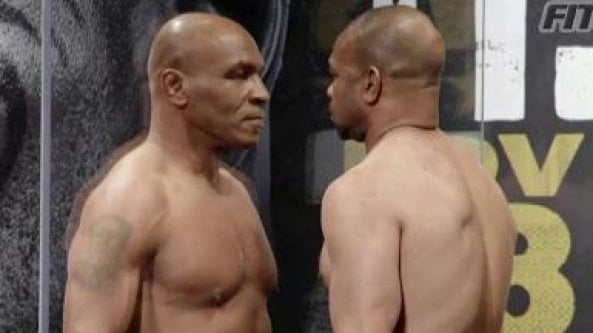 Mike Tyson mostra i muscoli: la prova del peso prima di tornare sul ring