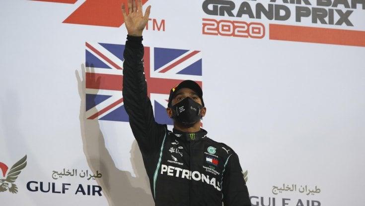 F1, Hamilton vince anche in Bahrain. La Haas di Grosjean si spezza in due e prende fuoco, pilota illeso
