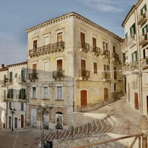 Un set cinematografico nel borgo antico di Casoli. Uno spot per raccontare la rinascita di Palazzo Ricci
