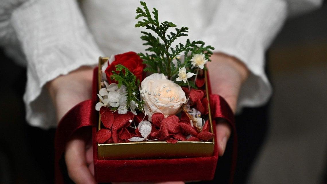 102940586 5b24ad38 0dee 4855 bc62 26b0e363b3ed - Elise P, la fioraia di Hong Kong che aiuta i prigionieri a mandare i regali di Natale