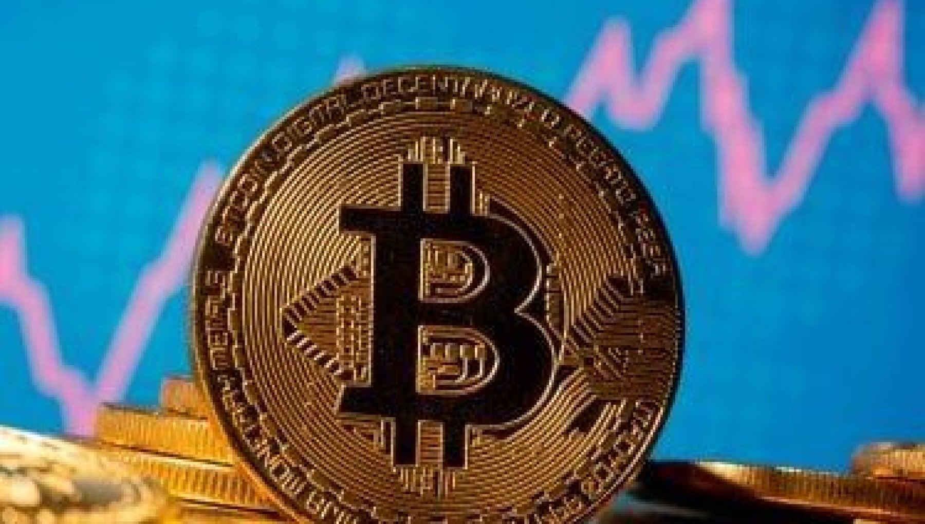 Tutti a caccia di bitcoin: corsa all'oro digitale, ora vale quasi 30 mila dollari