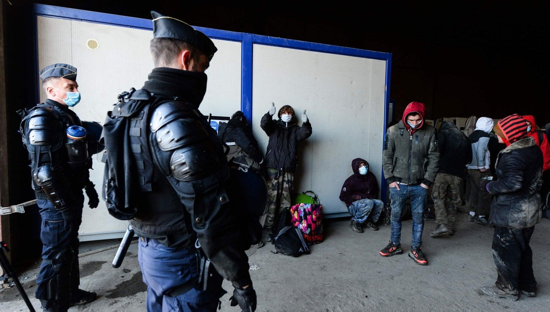 100933305 0fd12c8b 78d8 454c b342 5c4996a47262 - Francia sotto lockdown, rave party per 2500. Sassi e fuoco contro la polizia