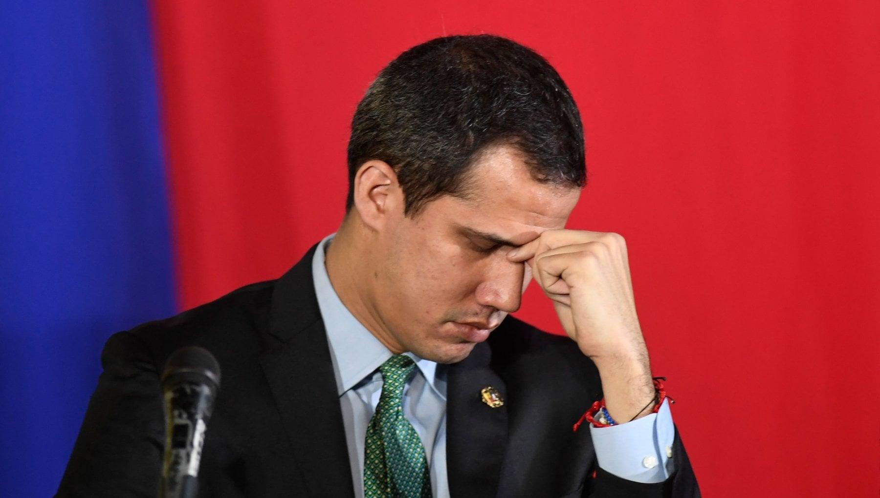 105815892 84dde8de a1a1 4675 9518 7aff96d88f8f - Venezuela, triste, solitario e finale: Guaidò lascia il Parlamento a Maduro