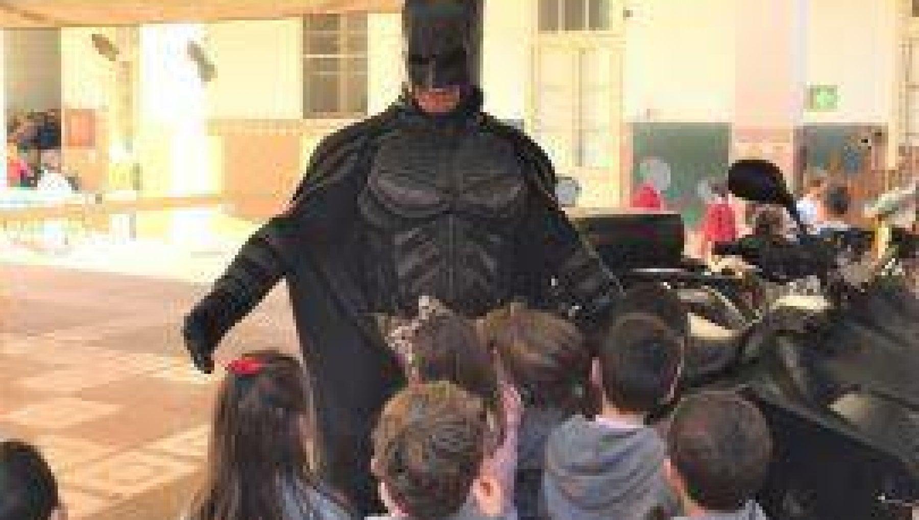 145916772 7577028e fe7c 4af2 b267 48564489d197 - La strana vita del Batman di Cagliari tra sexy shop e volontariato in pediatria