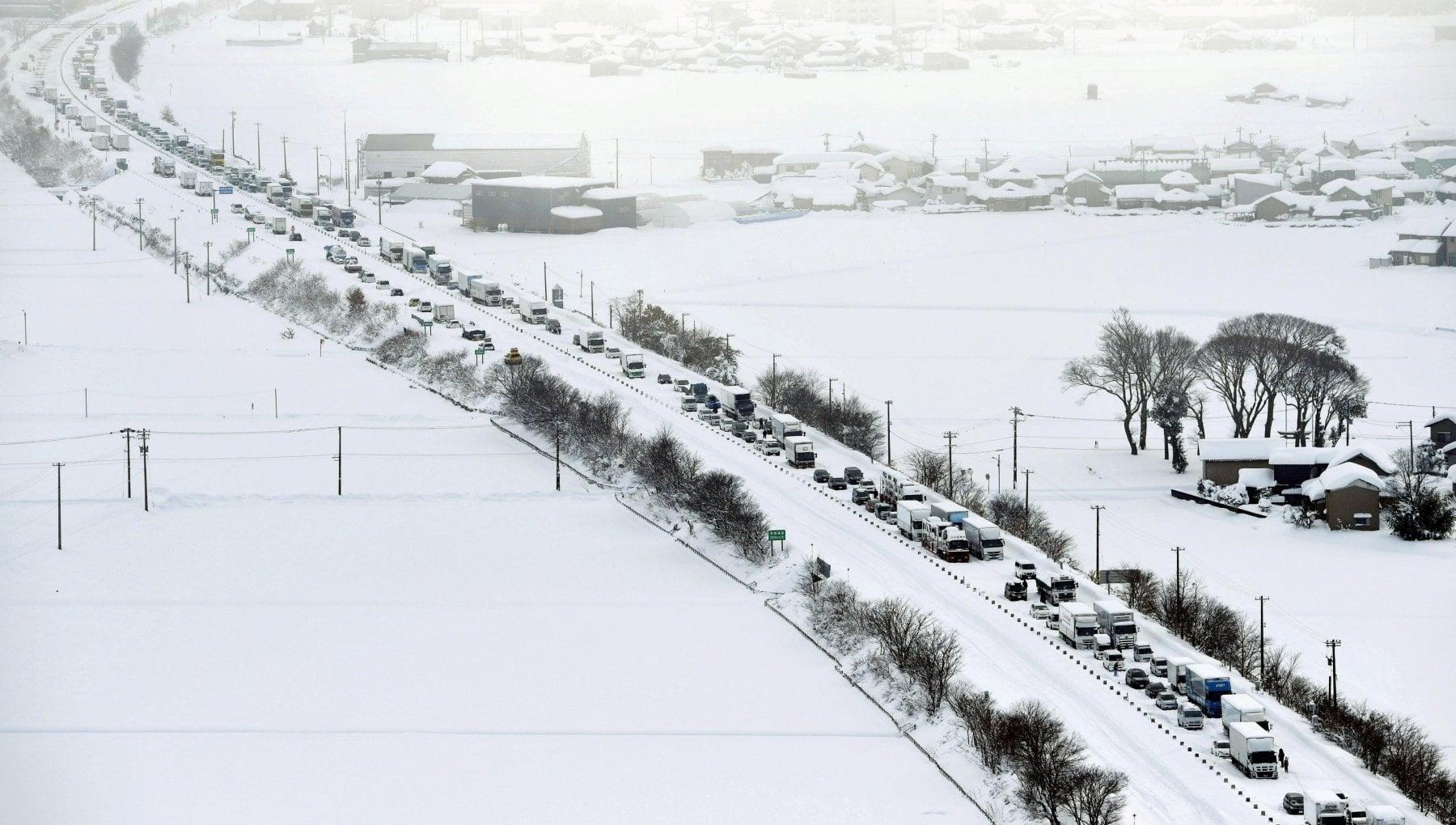 041347197 580248b3 a043 4fbb 826c d010c793e713 - Maxi nevicata in Giappone: 1.200 veicoli bloccati in autostrada